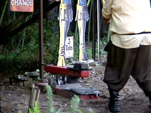 男性にハンマーを打つ anvil フェスティバルオブライツ - 人の筋肉点の映像素材/bロール