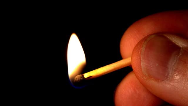 hd-uomo tenere una partita illuminato - incendio doloso video stock e b–roll