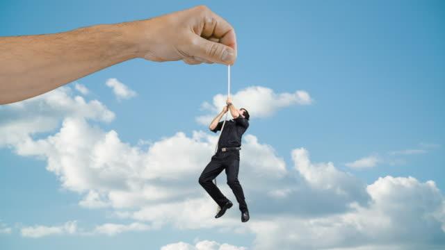 男がロープにしがみつく - 吊るす点の映像素材/bロール