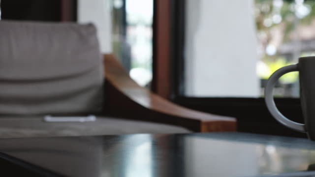 押しながら白いの一杯のコーヒーをカフェで女性にあり男 - マグカップ点の映像素材/bロール