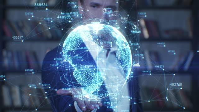Mann hält schöne Erde Hologramm auf seiner Hand. Slow Motion Portrait Erfolgreicher Geschäftsmann, der mit futuristischem technologischen Turning Planet arbeitet. Geschäftskonzept. – Video