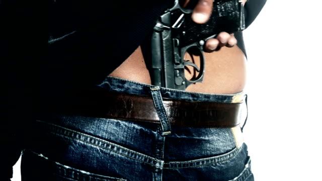 mężczyzna trzymając pistolet w spodniach - kamuflaż filmów i materiałów b-roll