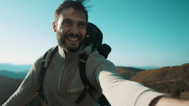 man holding his woman hand on mountain - avvicinarsi video stock e b–roll