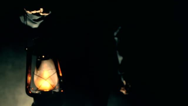 mann mit kerosin-lampe in dunkler nacht - elektrische lampe stock-videos und b-roll-filmmaterial