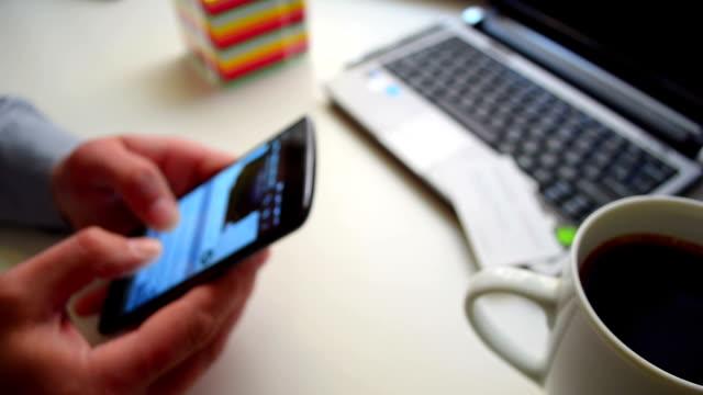 vídeos y material grabado en eventos de stock de hombre sosteniendo el teléfono inteligente en la mano, un dedos de desplazamiento en la pantalla táctil. - social media