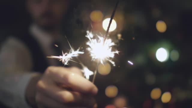 Homme tenant le cierge à Noël - Vidéo