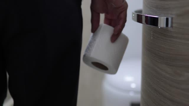 man hålla toalett pappersrullen i badrum - bum bildbanksvideor och videomaterial från bakom kulisserna