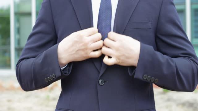 man i kostym knäpper sin jacka på nära håll. - formella kontorskläder bildbanksvideor och videomaterial från bakom kulisserna