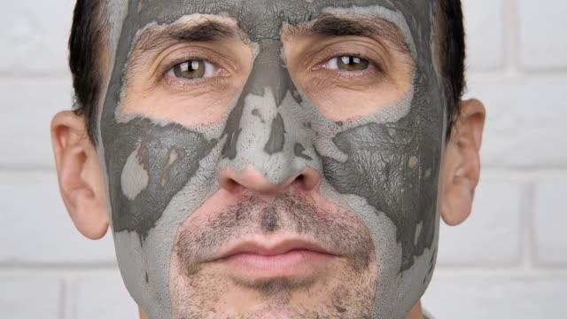 Un homme dans un masque cosmétique. - Vidéo