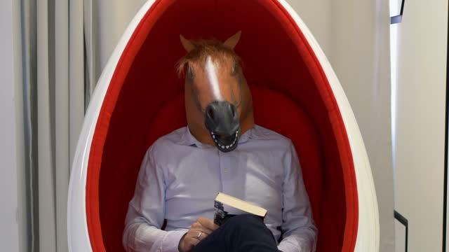 vidéos et rushes de homme dans un masque de cheval affichant le signe de oui dans 4k - innocence