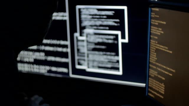 Hombre en una máscara de hackear un sistema informático - vídeo