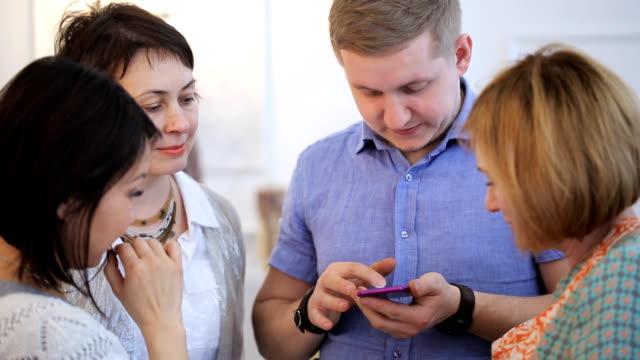 O homem na camisa azul troca números de telefone com grupo de mulheres - vídeo
