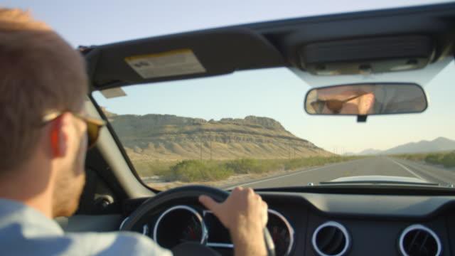 Homme dans la voiture décapotable conduite sur route photo sur R3D - Vidéo