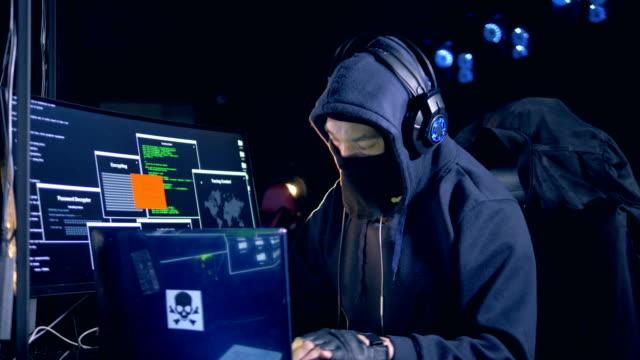 コンピューターのネットワークに変装した男をハッキングします。 - なりすまし犯罪点の映像素材/bロール