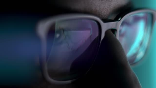 stockvideo's en b-roll-footage met mens in brillen laat bij dichte omhoog, voor laptop - bril brillen en lenzen
