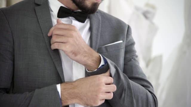 vídeos de stock, filmes e b-roll de homem no terno formal que começ vestido no quarto de limpeza para o trabalho ou o casamento. - punho