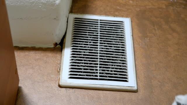 man i handskar öppnar dammigt ventilations galler. - ventilation bildbanksvideor och videomaterial från bakom kulisserna