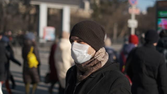 maskeli adam coronavirus 2019-ncov. corona virüsü covid-19. çevre kirliliği. - maske stok videoları ve detay görüntü çekimi