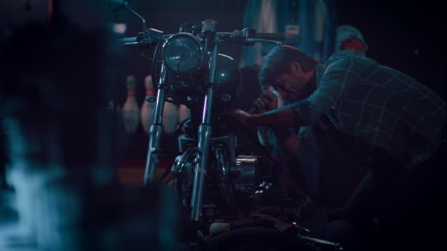 Homem em motocicleta workshop de construção de uma bicicleta - vídeo