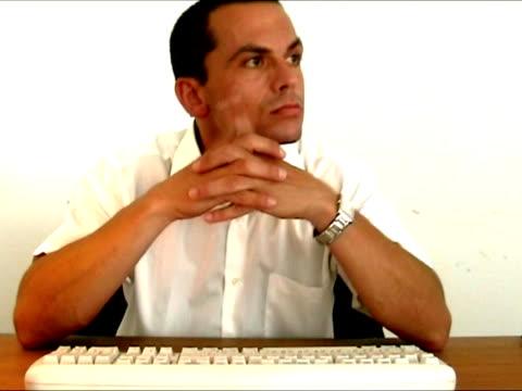 mann im büro zu langweilig - achtlos stock-videos und b-roll-filmmaterial