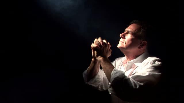 человек в молитвенный - верующий стоковые видео и кадры b-roll