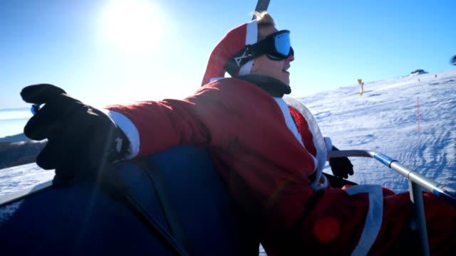 スキー場のリフトを走るサンタ衣装の男 - スポーツウェア点の映像素材/bロール