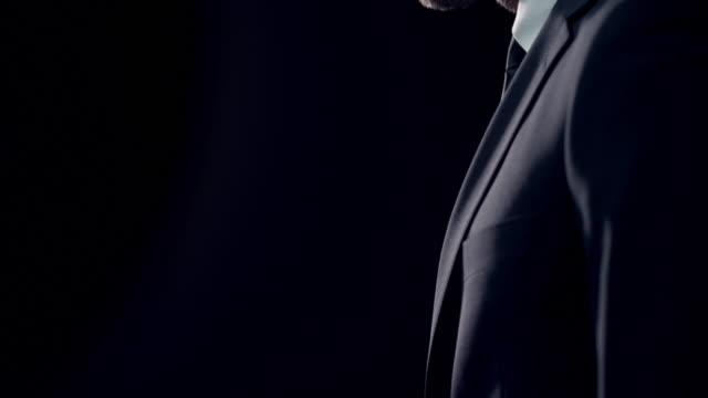 Homme dans une Suite - Vidéo
