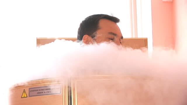 stockvideo's en b-roll-footage met man in the cryo sauna - ozonlaag