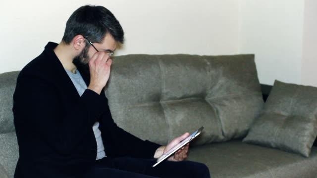 uomo in bicchieri utilizzando compressa - blazer video stock e b–roll