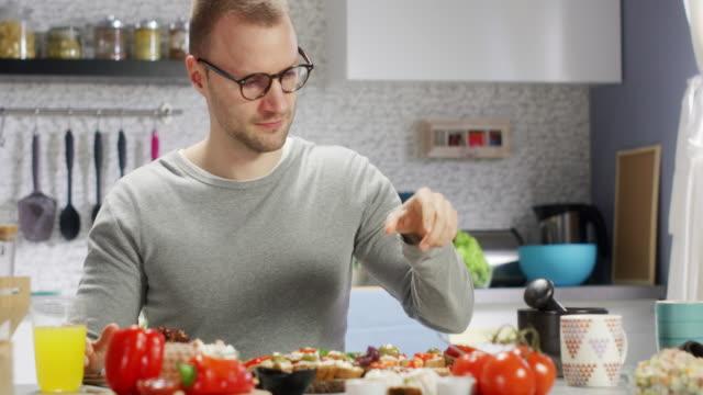 mann in der küche - vegetarisches gericht stock-videos und b-roll-filmmaterial