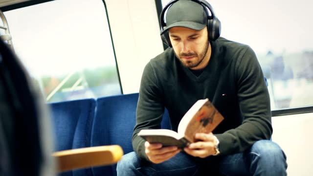 남자에 기차 독서 책 - reading 스톡 비디오 및 b-롤 화면