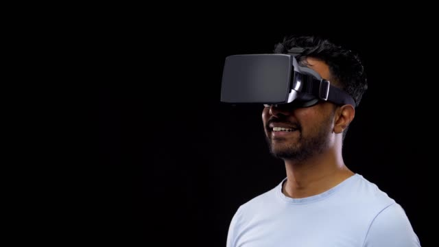 man in vr-bril of virtual reality headset video