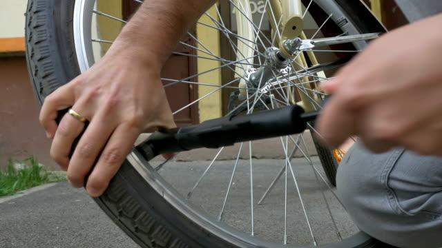 mann aufblasen fahrradreifen - inflation stock-videos und b-roll-filmmaterial