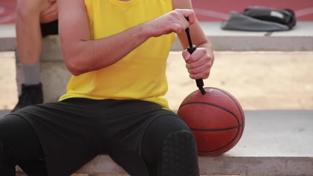 man blåsa bollen - basketboll boll bildbanksvideor och videomaterial från bakom kulisserna
