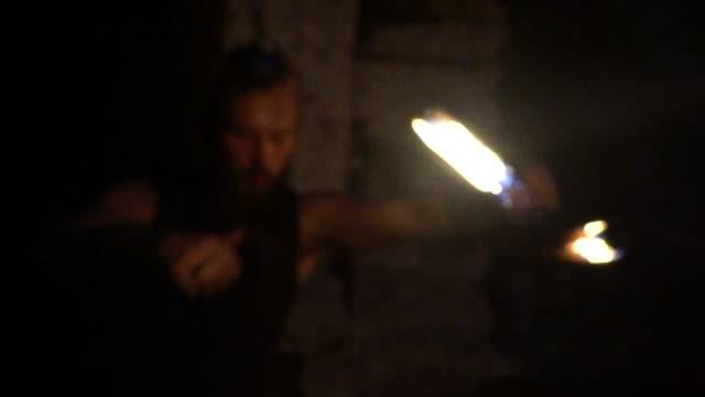 vídeos y material grabado en eventos de stock de el hombre es un antiguo guerrero. - vikingo