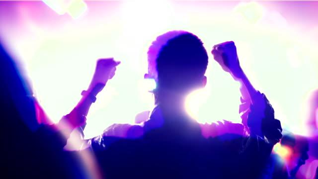 vídeos de stock, filmes e b-roll de homem está dançando em um show leve de uma boate - clubbing