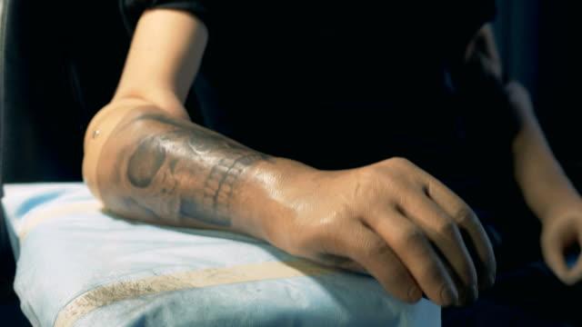 男はタトゥーで人工手を捨てて立ち去っている - オルタナティブカルチャー点の映像素材/bロール
