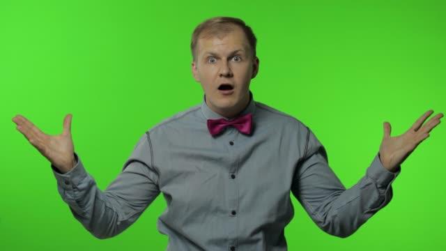 vídeos y material grabado en eventos de stock de el hombre está alucinando con tu declaración sobre el fondo clave de croma. mostrando explosión de ideas - cabeza
