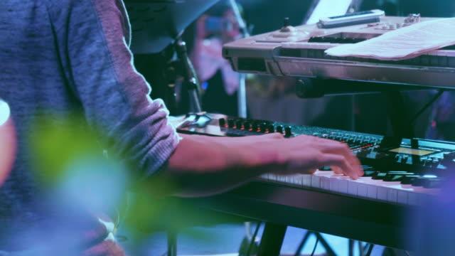 vidéos et rushes de l'homme joue du piano. gros plan - synthétiseur
