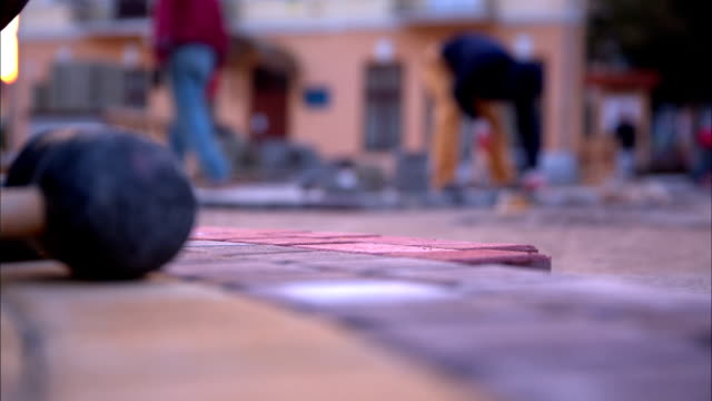 mann-puting-bausteinen spielen - stein baumaterial stock-videos und b-roll-filmmaterial