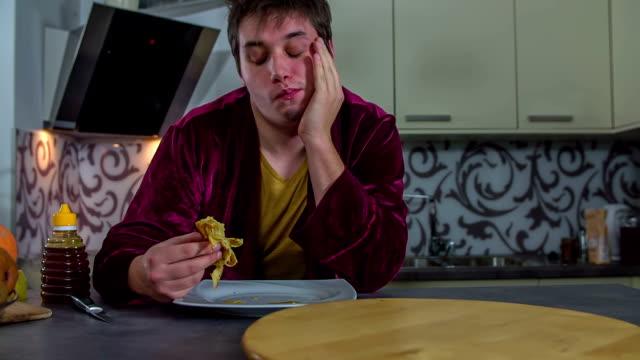en man fyllning munnen med en pannkaka - tefat bildbanksvideor och videomaterial från bakom kulisserna