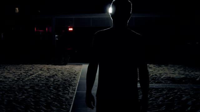 un uomo cammina da sola nel buio sulla strada - solo un uomo video stock e b–roll