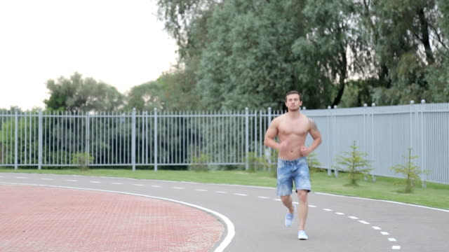 vídeos y material grabado en eventos de stock de hombre en la pista para trotar a la suciedad - sudadera