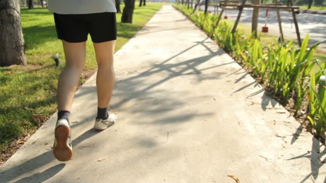 man jogging in the park - bir orta yetişkin erkek sadece stok videoları ve detay görüntü çekimi
