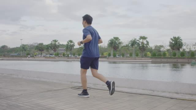 4 k 공원에서 조깅 하는 사람 - 한 명의 중년 남자만 스톡 비디오 및 b-롤 화면