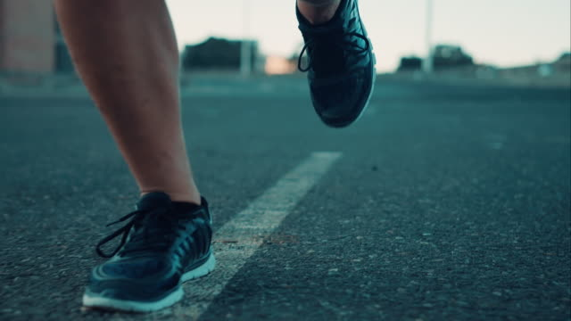 stockvideo's en b-roll-footage met man jogging in urban setting - menselijke voet