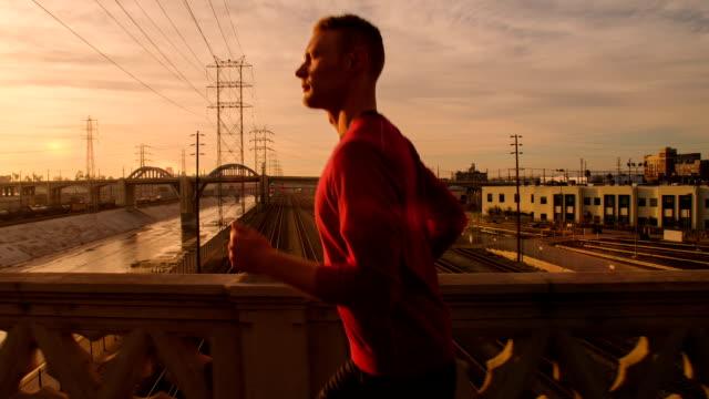 Homem corrida através de Los Angeles - vídeo