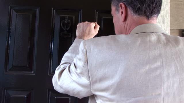 vídeos de stock e filmes b-roll de homem bater à porta a porta - door knock