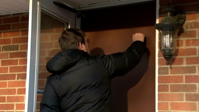 vídeos de stock e filmes b-roll de homem a bater à porta da casa porta - door knock