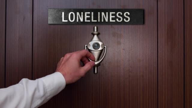 vídeos de stock e filmes b-roll de man knocking on loneliness door - door knock
